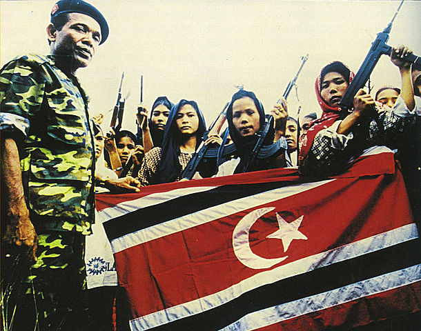 Women soldiers of the Free Aceh Movement with GAM commander, 1999. (Wikipedia)